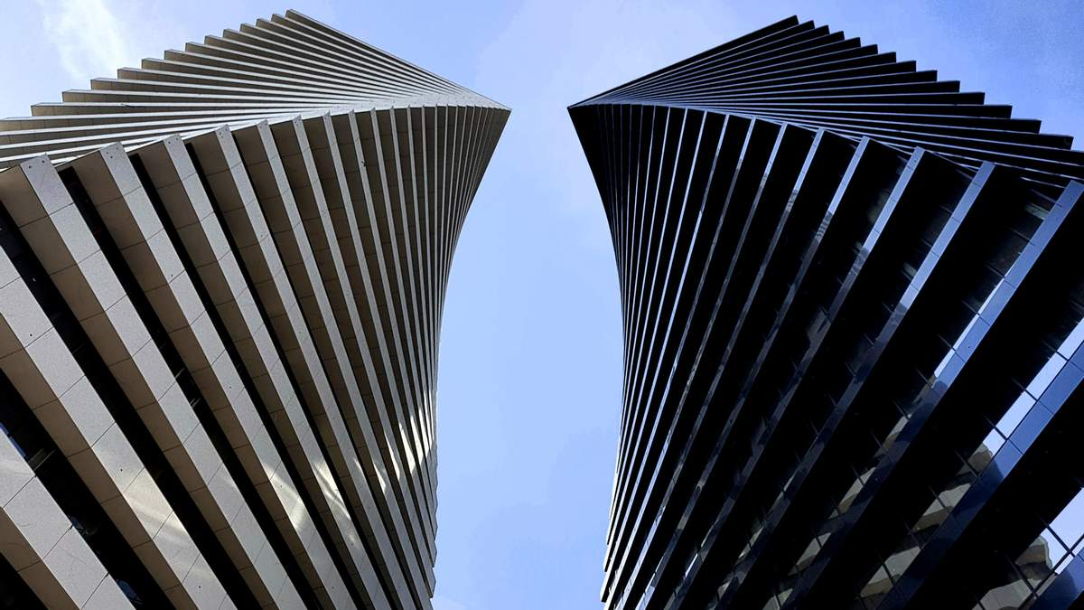 Танец камня и стекла: чем поражают самые высокие сооружения Тбилиси