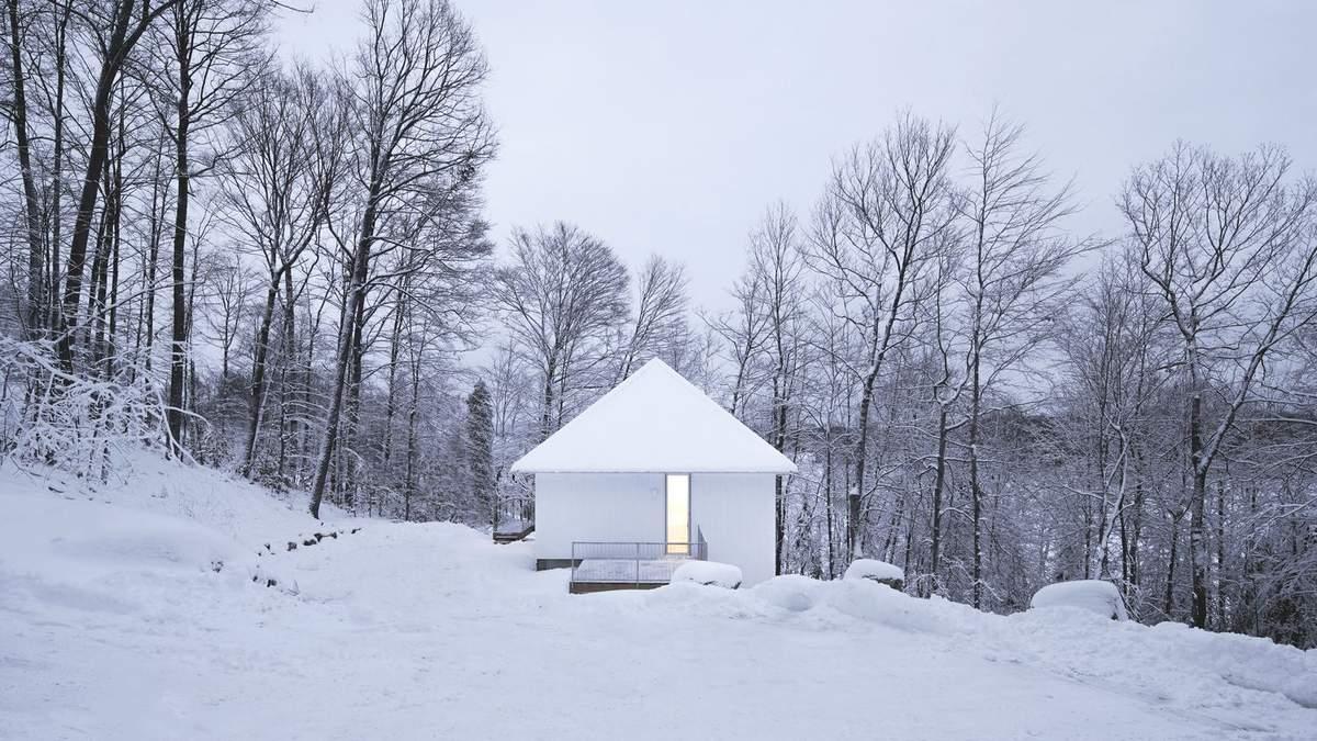 Среди царства гор: фото одинокого домика, который построили над обрывом в Канаде