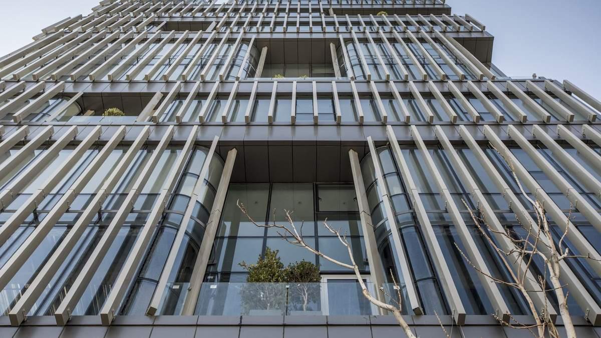 Фасад из металлических жалюзи: фото проблемного офисного здания в Иране