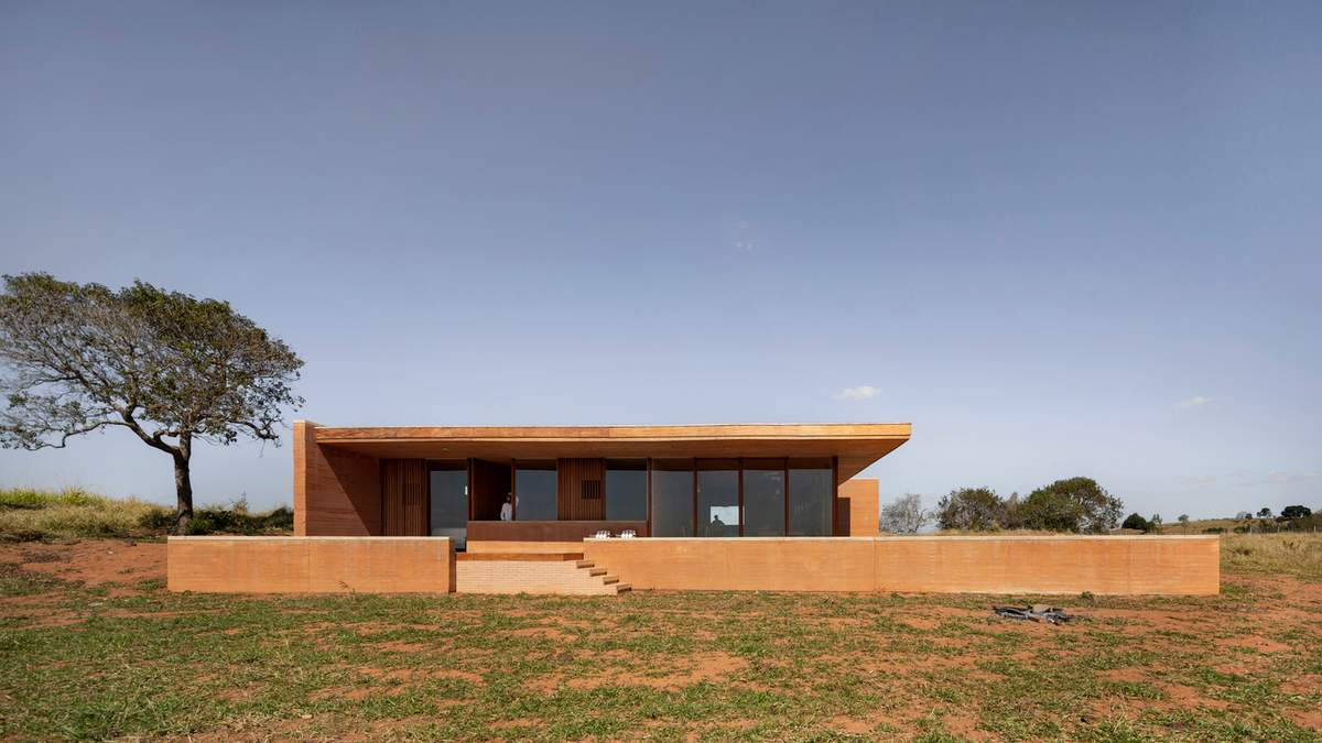 Захист від холодних вітрів: фото сучасного глиняного будинку в Бразилії