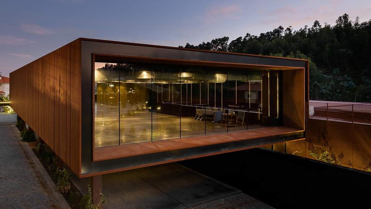 Культурный центр в виде коробки построили в селе в Португалии – фото
