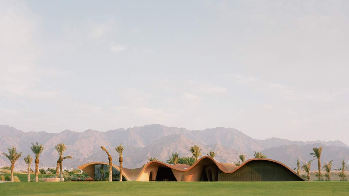 Майданчик для гольфу посеред пустелі – фото грандіозного бізнес-центру в Йорданії