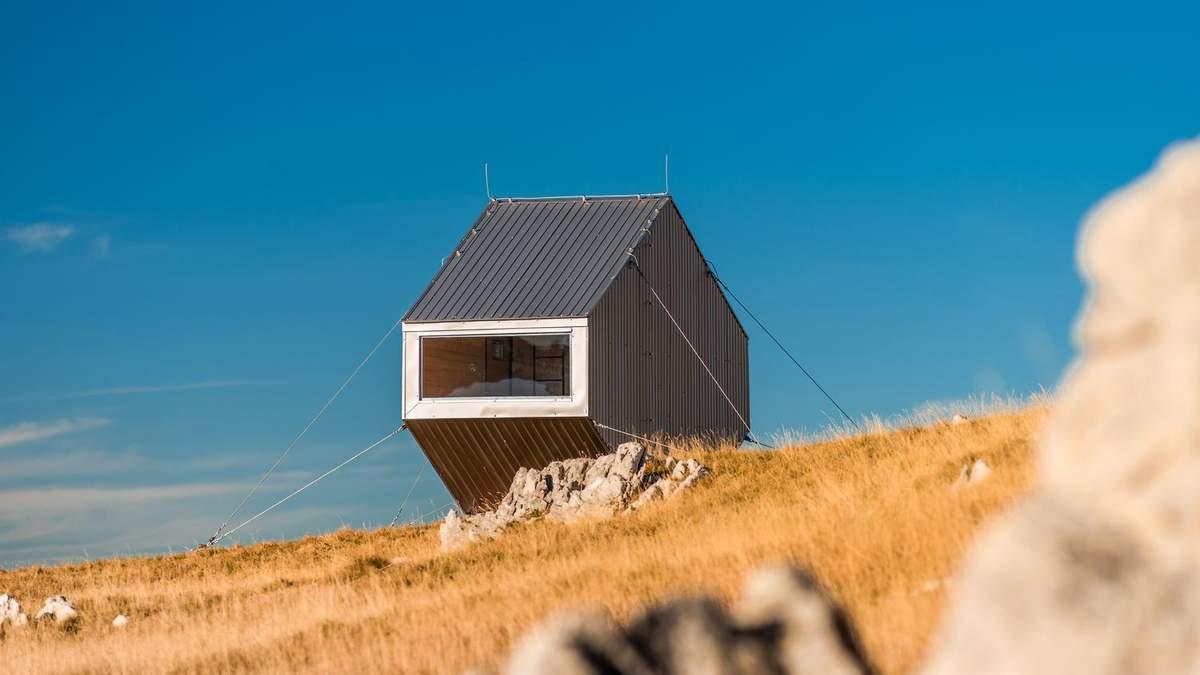 Чудернацький дім на схилі гір, який будували з допомогою гвинтокрила: яскраві фото