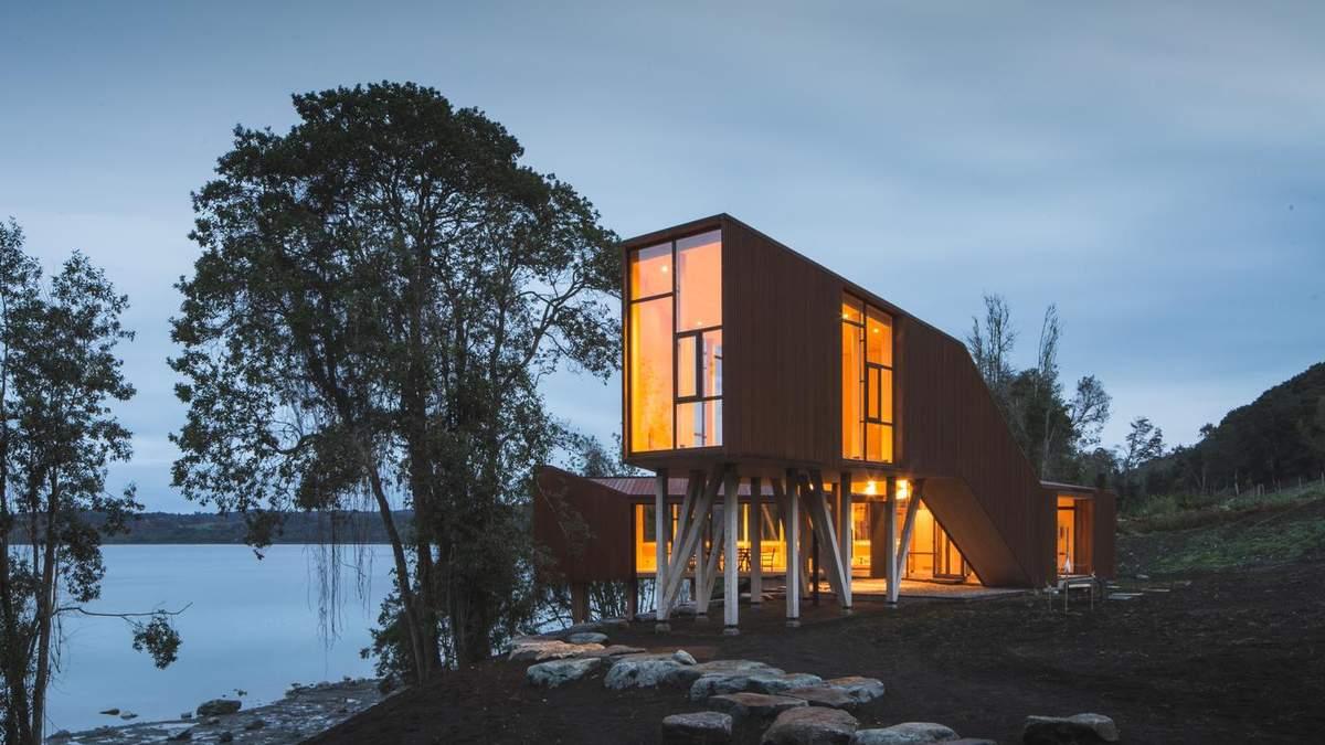 Будиночок на дерев'яних ніжках та з великим простором для пікніка – фото