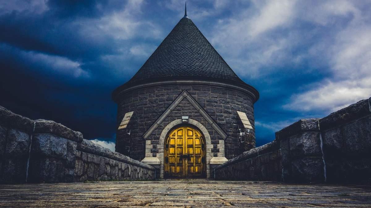 В Минске владелец старого гаража превратил его в маленький замок: фото