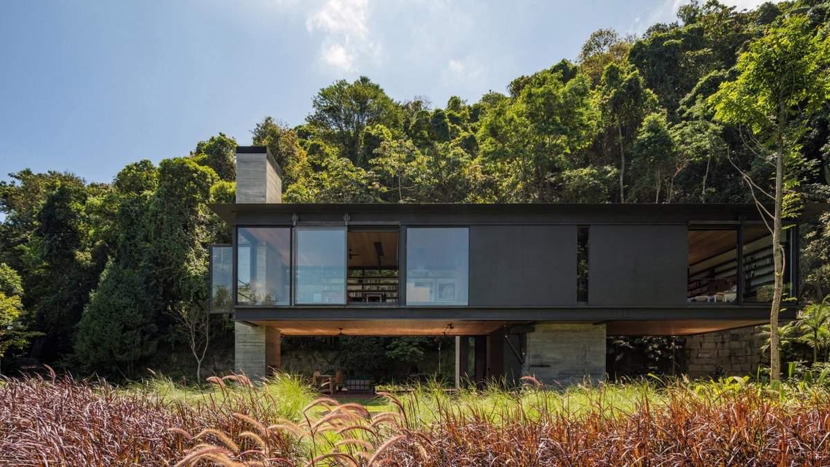 Коробка на столбах: интересное архитектурное решение для одинокого дома в Бразилии – фото