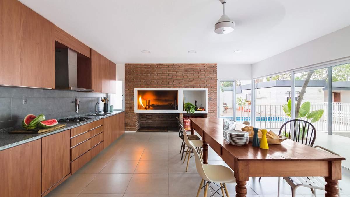 Піч посеред дому заради традицій – дизайн гостьового будинку в Аргентині: фото