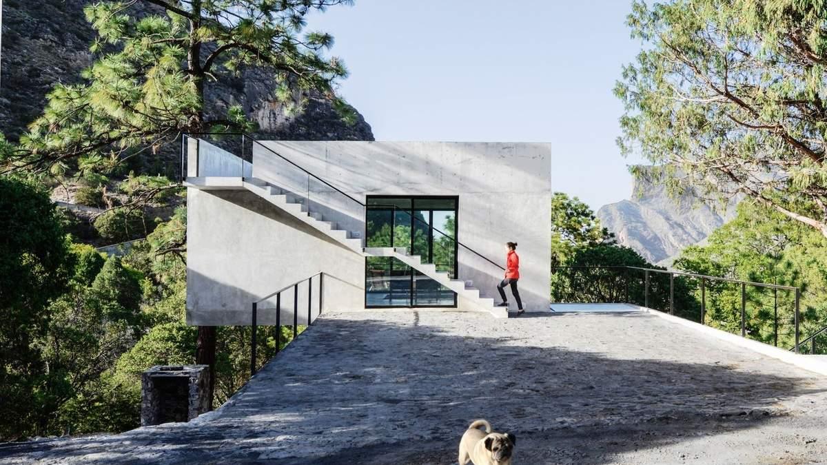Посеред царства гір: чарівні фото бетонного заміського будинку з Мексики