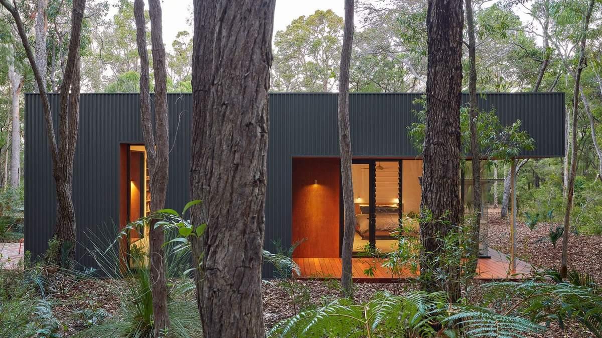 С кирпичным полом: посреди австралийского леса построили современный домик – фото