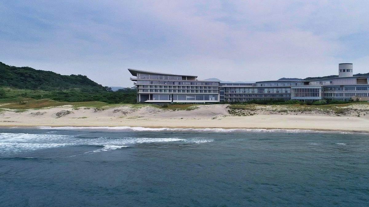 Работа под шум моря: в Японии построили офисный комплекс возле пляжа – фото