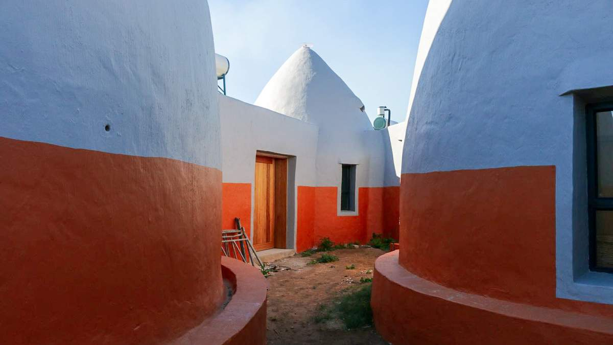 """""""Космические"""" здания: в Южной Африке строят бюджетное жилье из земли в мешках – фото"""