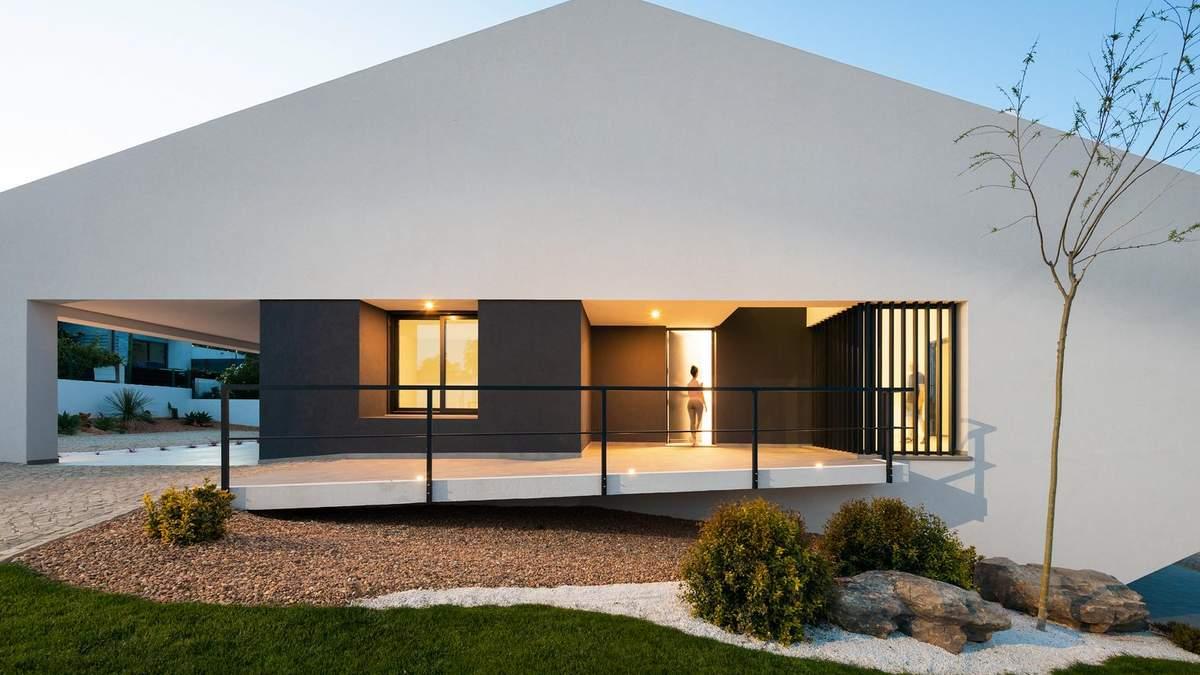 Дивний будинок – нестандартний котедж з трикутним дахом в Португалії: фото