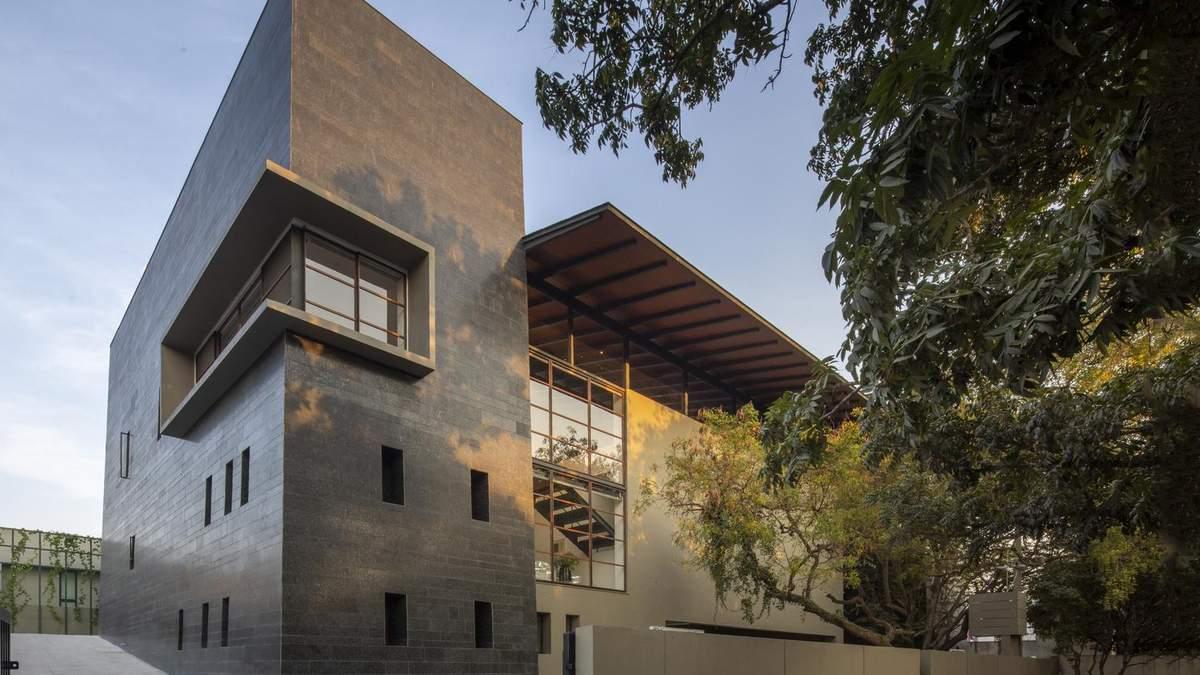 Черный бастион: неприступный монолитный дом из Индии – фото