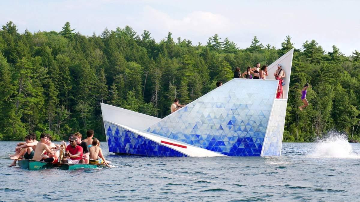 Тающий айсберг: в США на озере установили трамплин, напоминающий об изменениях климата – фото