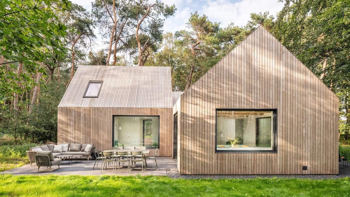 Для відпочинку з друзями: фото сучасного дерев'яного будиночка посеред лісу