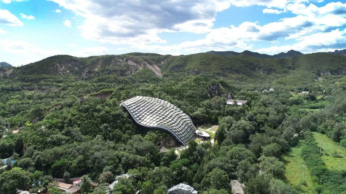 Панцир броненосця: в Китаї звели дивної форми надбудову над печерою – фото