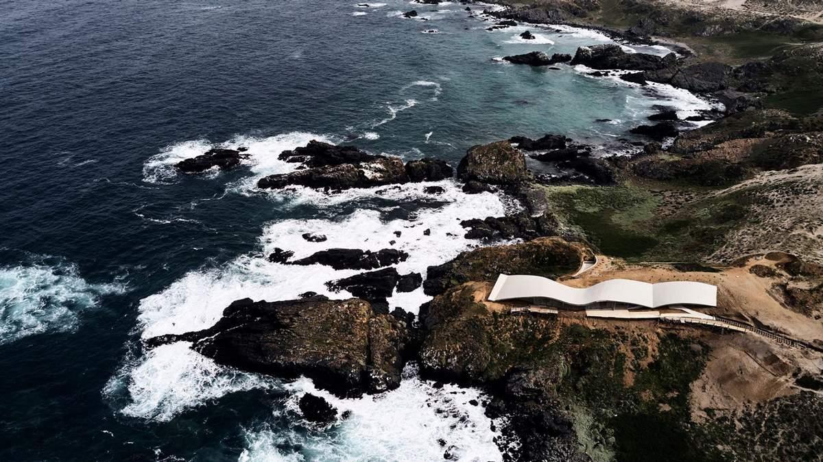 Волнистый бетон: невероятные фото офиса и частного дома на побережье Тихого океана в Чили