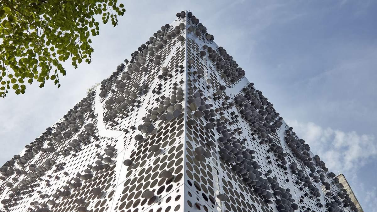 Будто покрытый чешуей – впечатляющий фасад коттеджа в Сингапуре: фото и макет