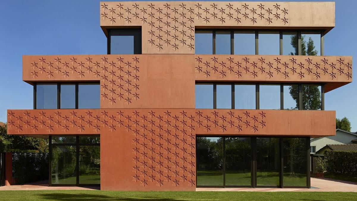 Будівля має повністю помаранчевий фасад