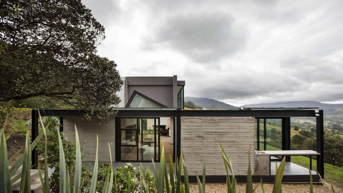 Прозора стеля та пагорби: фото простого заміського будиночка в мальовничому місці