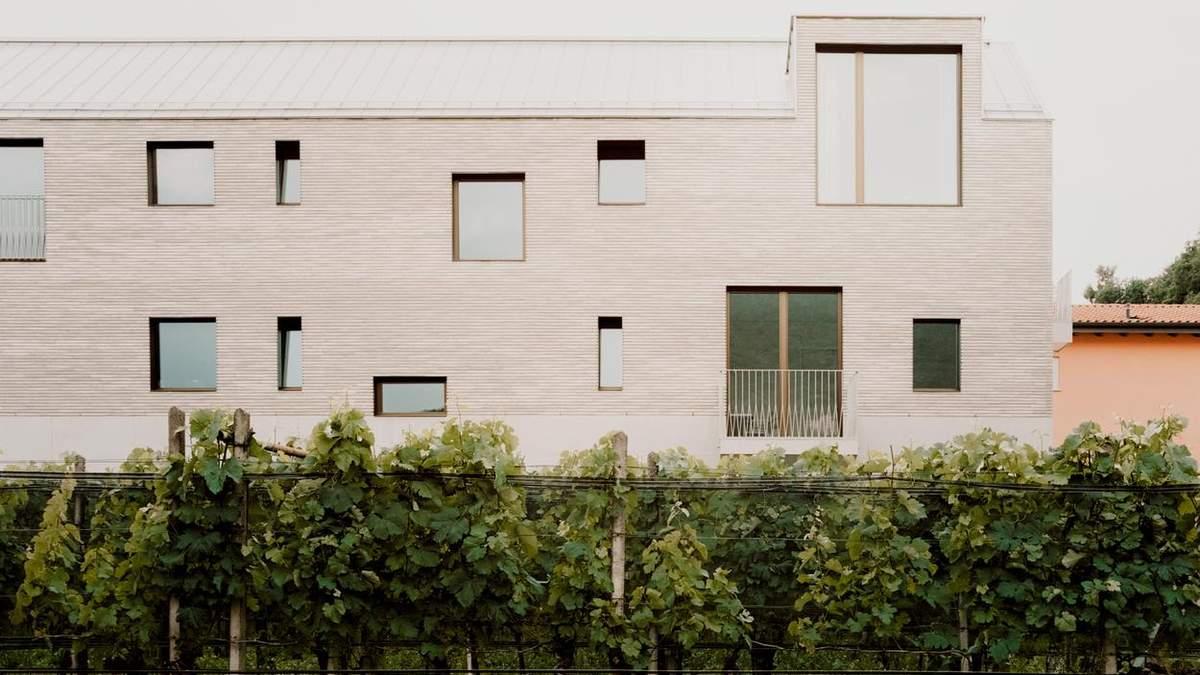 Незвична текстура та колір слонової кістки: дизайн п'ятиквартирного будинку у Швейцарії – фото