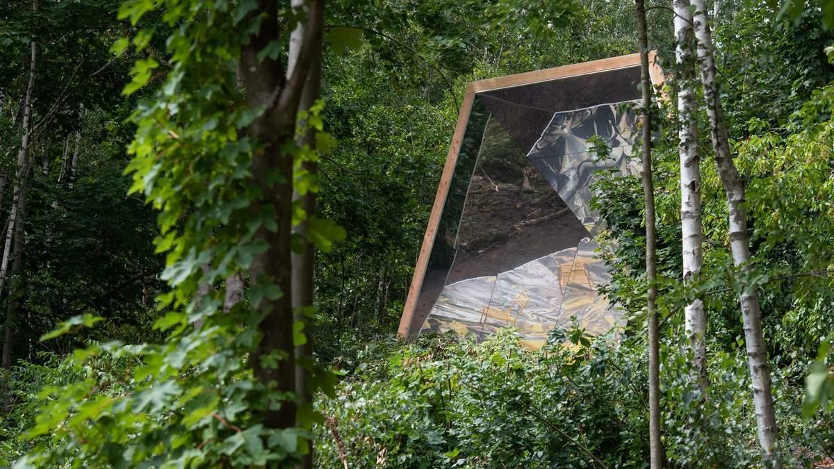 Отдых с друзьями, но только после пандемии – фото зеркальной беседки во Франции