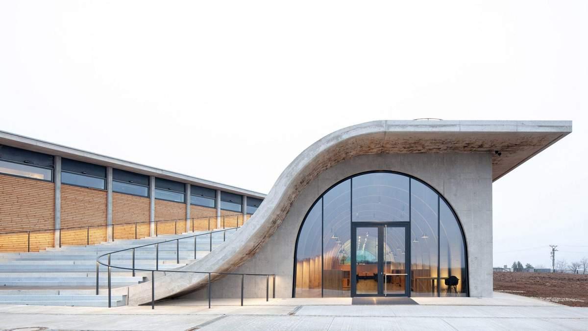 Винный амфитеатр: в Чехии открыли винодельческий завод со смотровой площадкой – фото