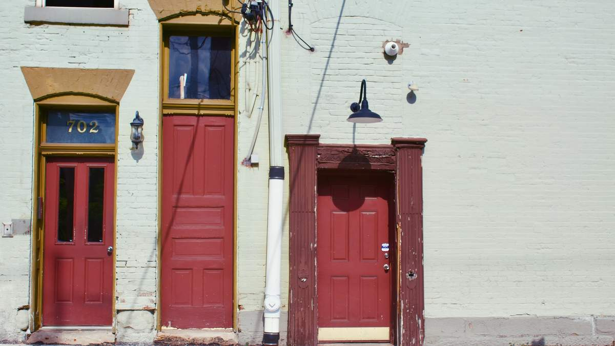 Друге життя: 5 архітектурних проєктів з повторним використанням старих вікон і дверей – фото