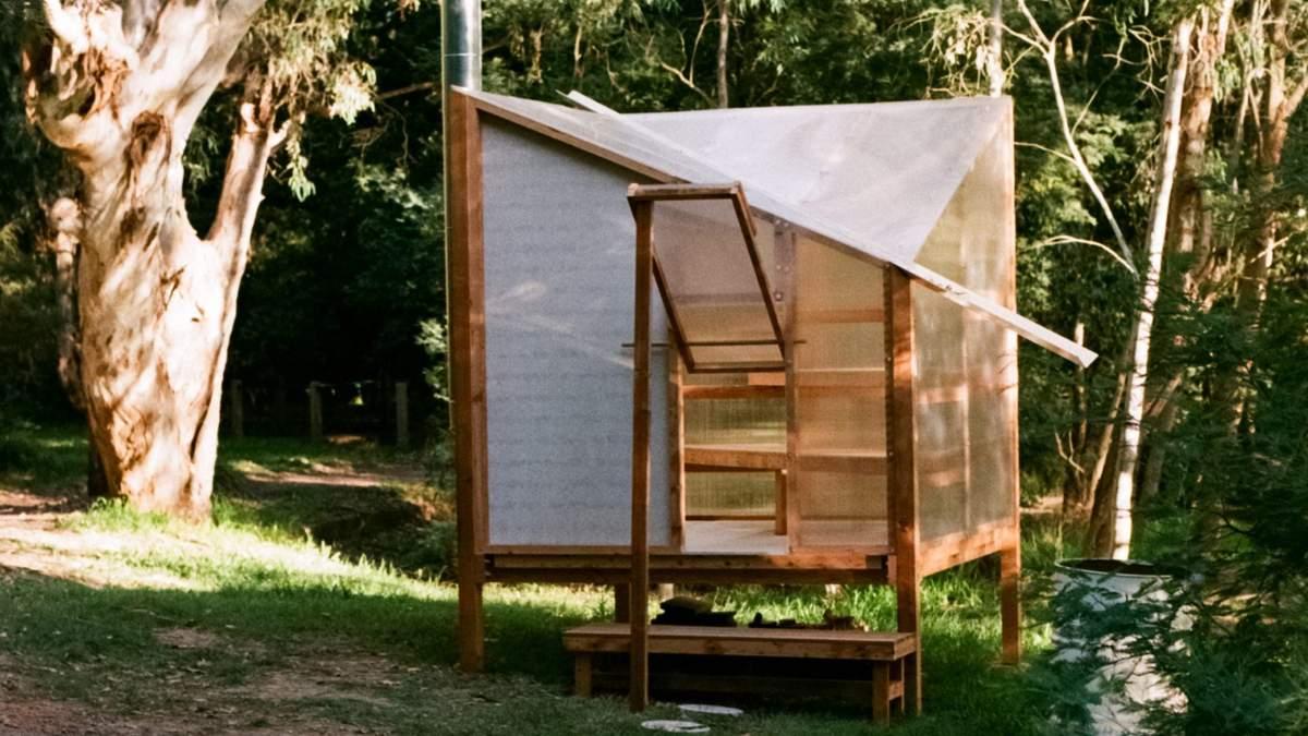 Никакой приватности: в Австралии установили передвижную сауну с полупрозрачными стенками – фото