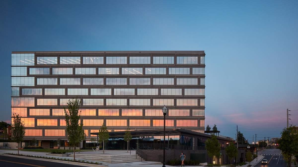 Стеклянный фасад и карманный парк: фото офисного здания из США