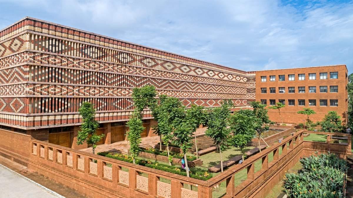 Цветной фасад: в Индии правительственное здание получило яркий кирпичный фасад: невероятные фото