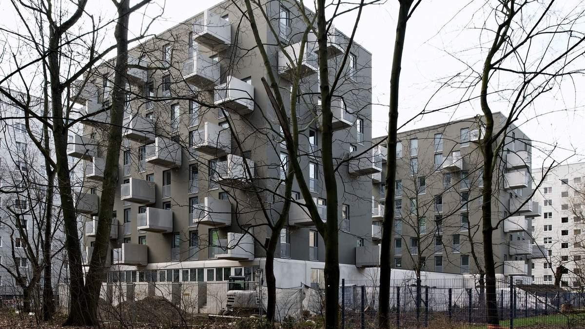 Длинные террасы: в Берлине построили дом с балконами, которые выступают за фасад – фото