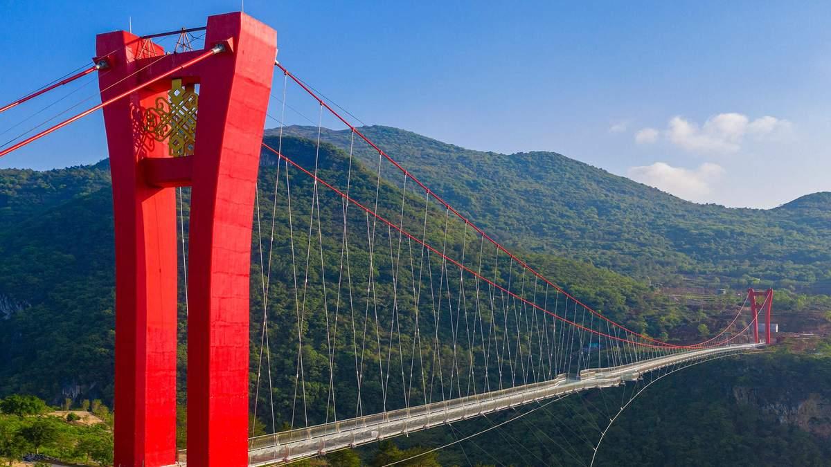 В Китаї відкрили найдовший у світі підвісний прозорий міст: фантастичні фото