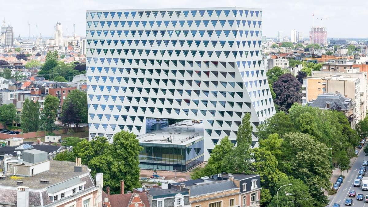 Десятки трикутників: в Антверпені побудували масштабну Н-подібну офісну будівлю – фото