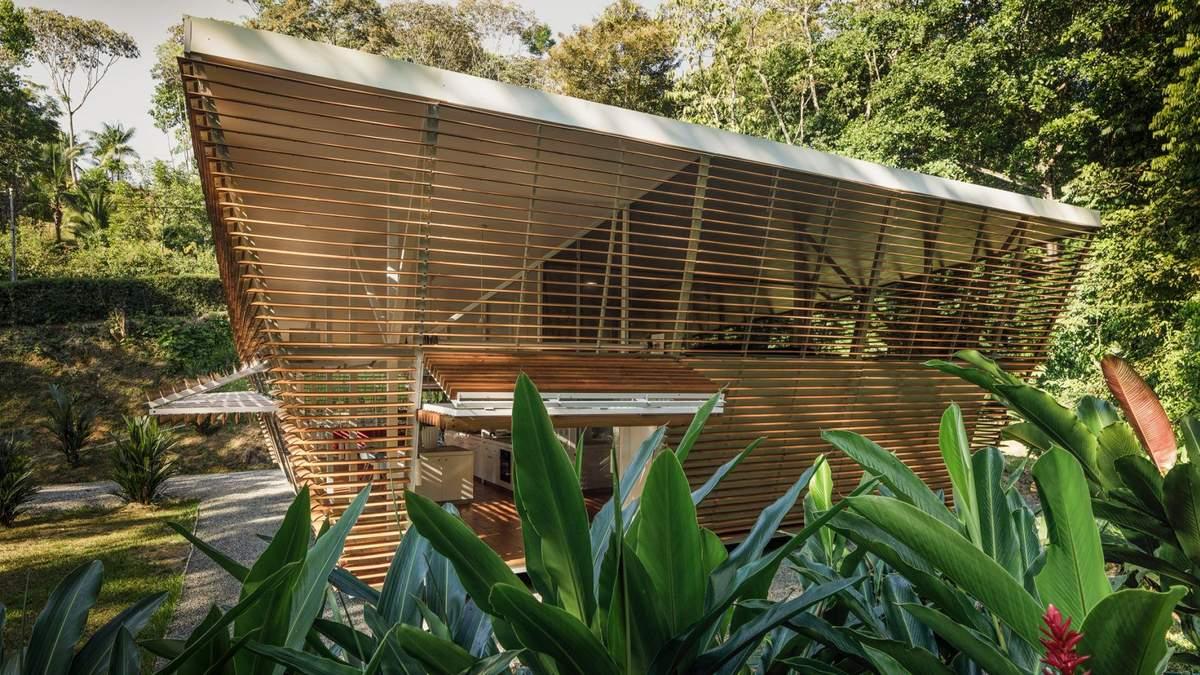 Безслідний будинок: в Коста-Риці побудували будинок з дерев'яних жалюзі – фото