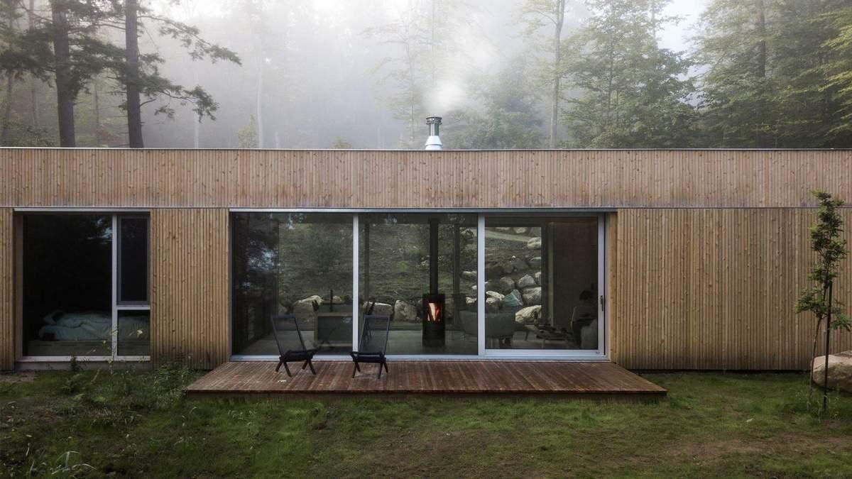 Идеальный для осенней погоды: деревянный домик с сауной посреди леса – фото