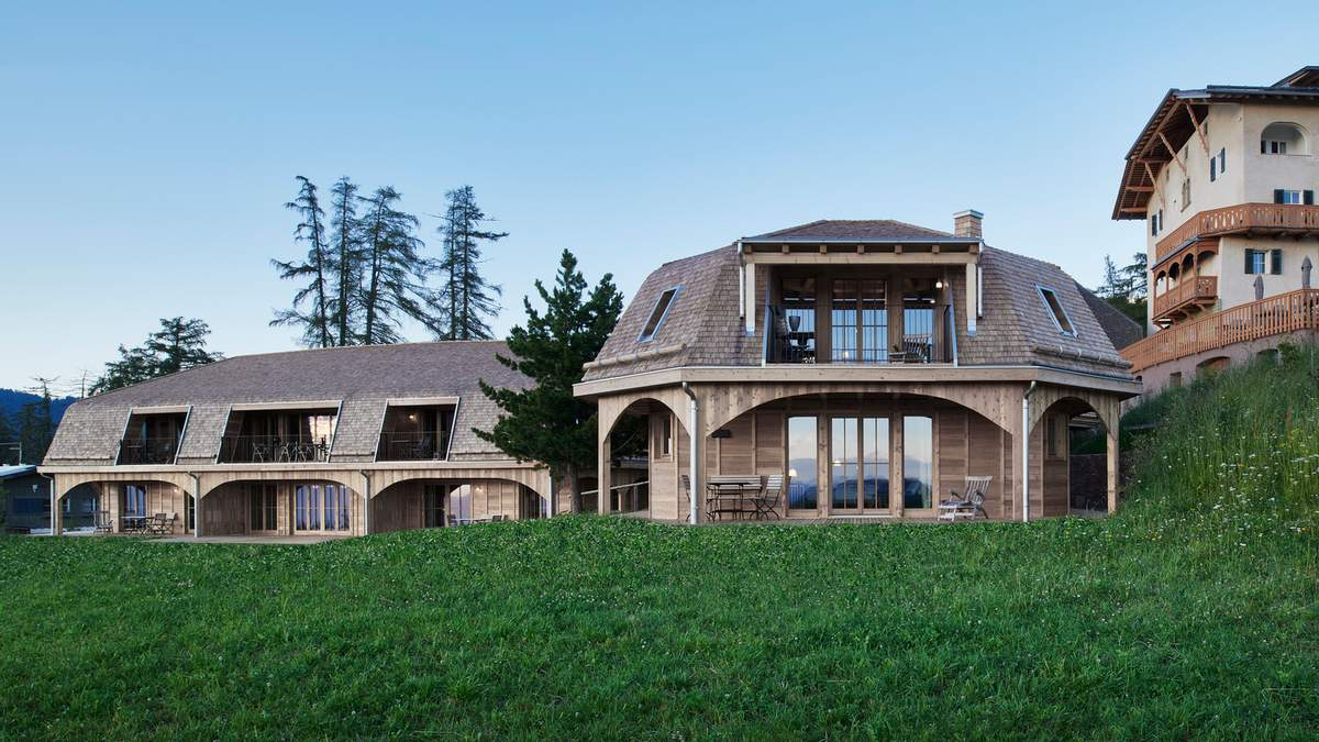Отель на пастбище: в итальянских Альпах после непогоды построили деревянные отели – фото