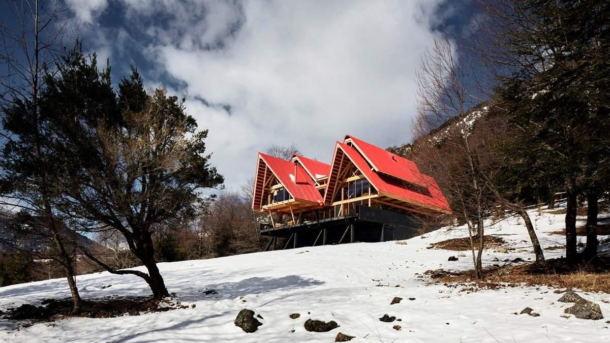 Поряд з вулканом: в Чилі побудували будиночок з оглядовими терасами та великим каміном – фото