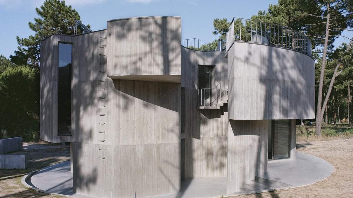 Жилье интроверта: в Португалии построили массивный закрытый дом с бассейном на крыше – фото