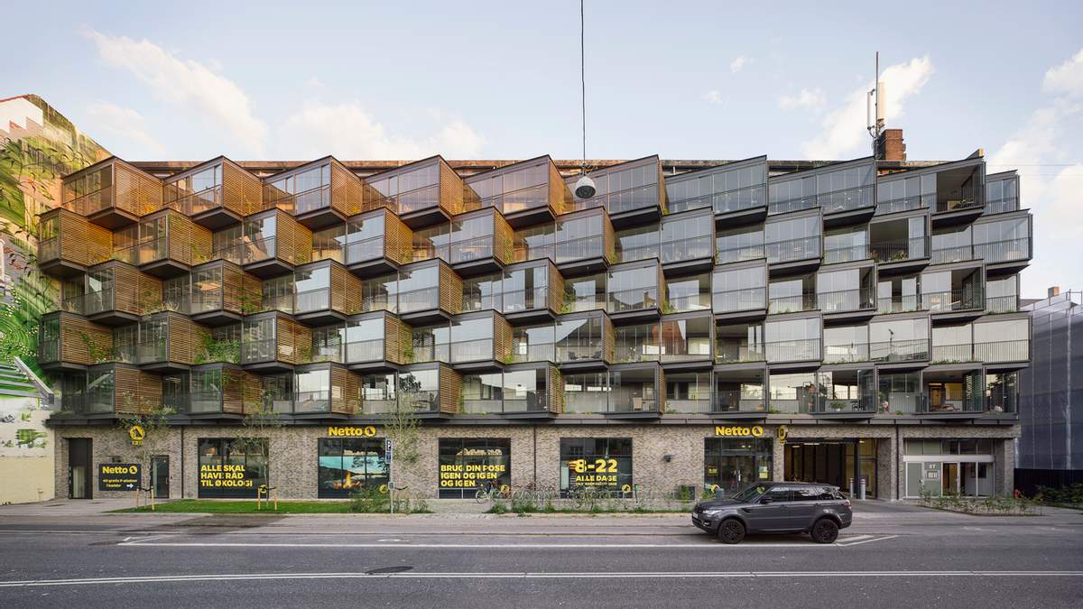 Скошенные балконы: в Дании старое заводское здание превратили в стильный дом – фото