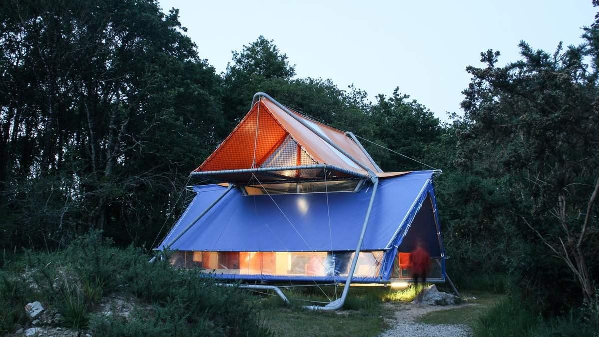 Всю жизнь в походе: во Франции пара оборудовала двухэтажный дом из палаток – фото