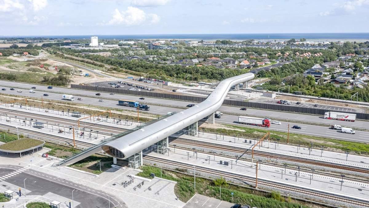 Футуристическая соломинка: в Копенгагене построили странный пешеходный мост над автострадой