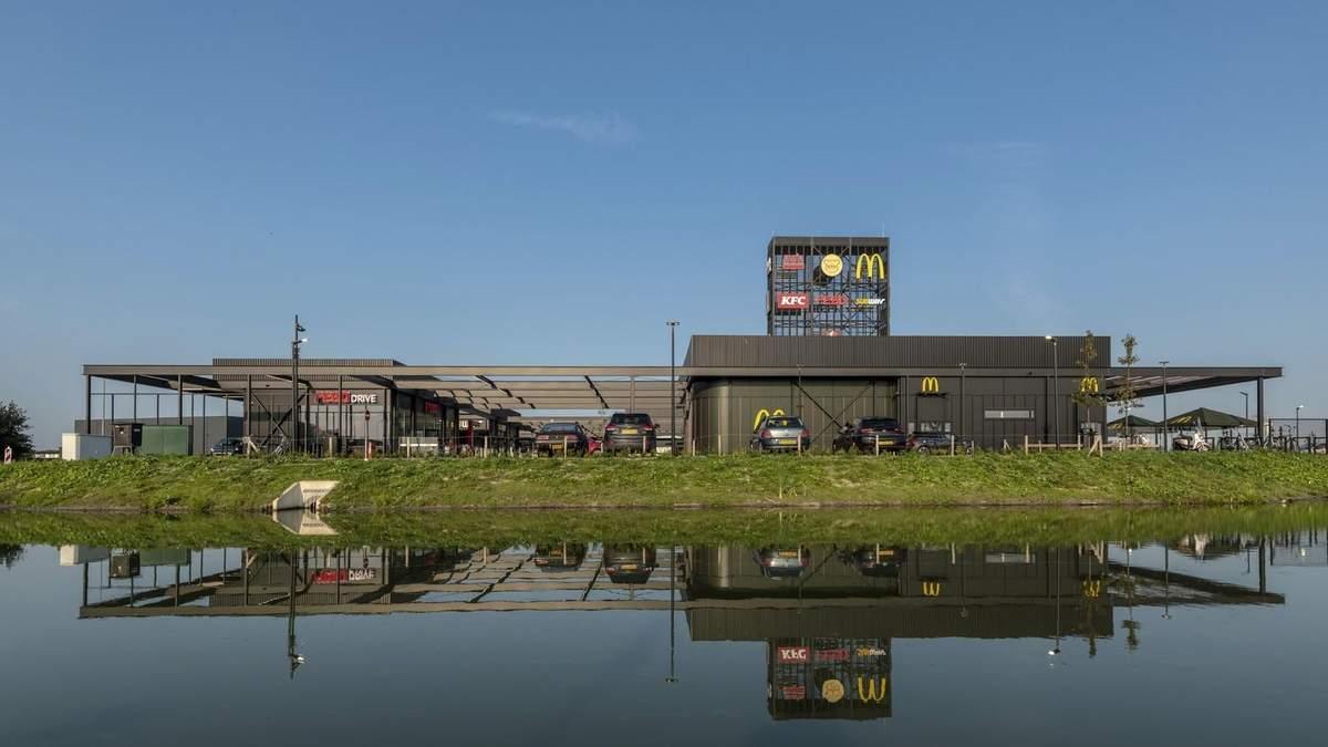 На відстані кількох метрів: в Нідерландах відкрили торговий хаб з KFC та McDonald's поруч – фото