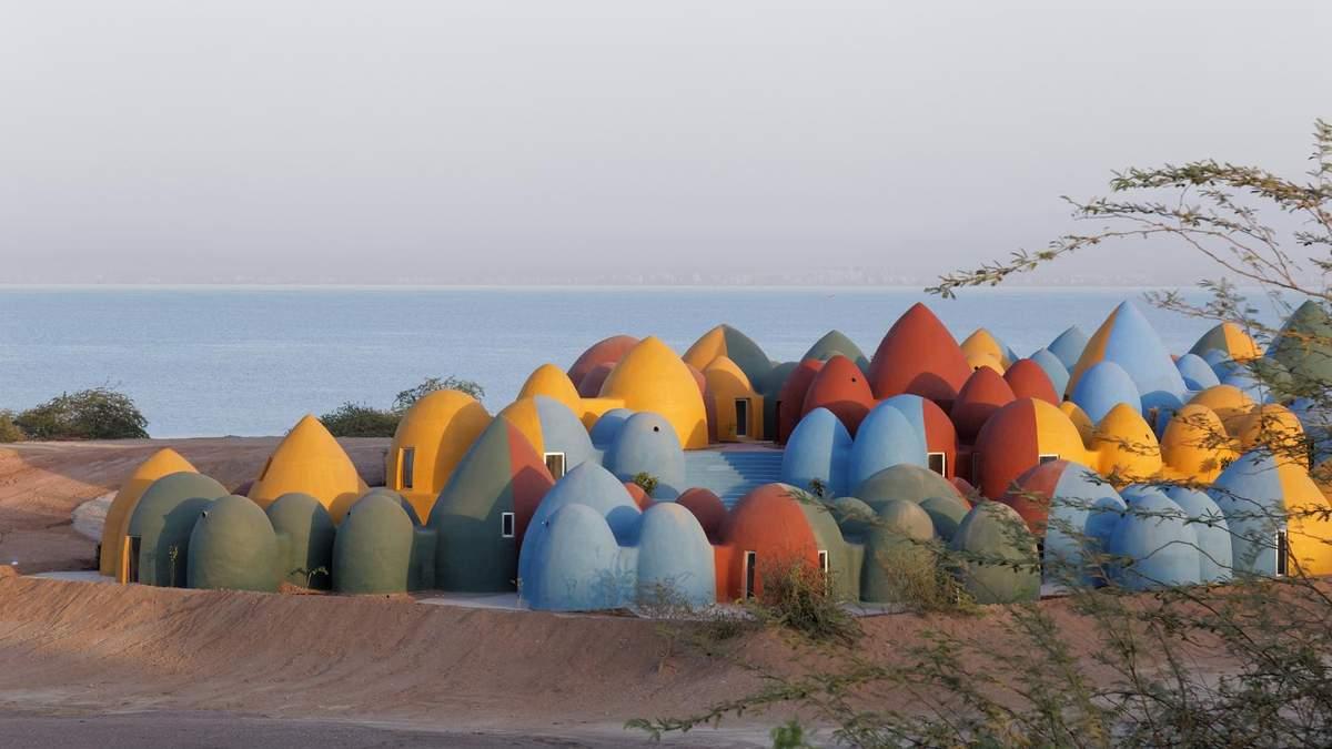 Немов пасхальні яйця: в Ірані побудували село з кольорових купольних будинків – неймовірні фото