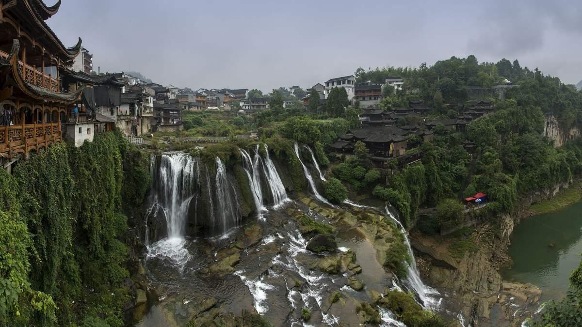 Місто на водоспаді: що особливого в містечку Фуронг – фото