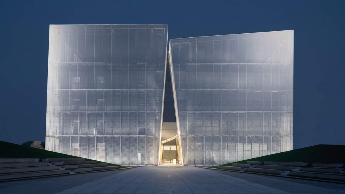 Скала из света: удивительные фото нового выставочного центра в Китае