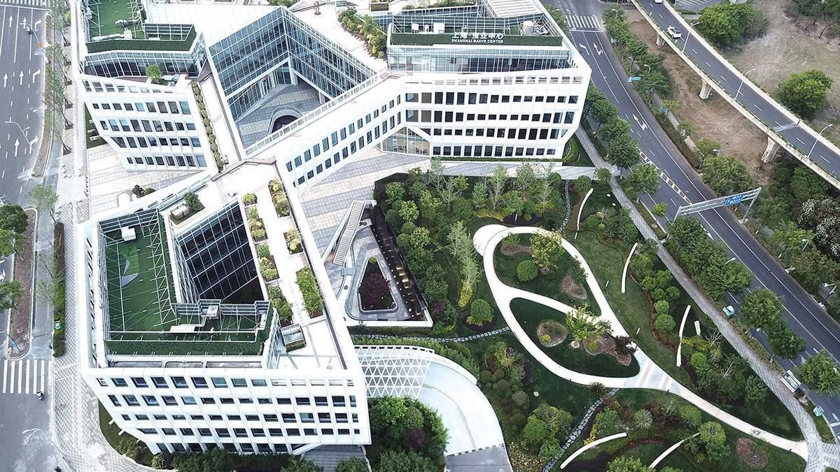 Природа и технологии: фото впечатляющего офисного центра в Шанхае