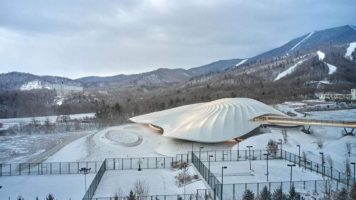 Чудо-шатер в заснеженных горах Китая: фото впечатляющего конгресс-центра