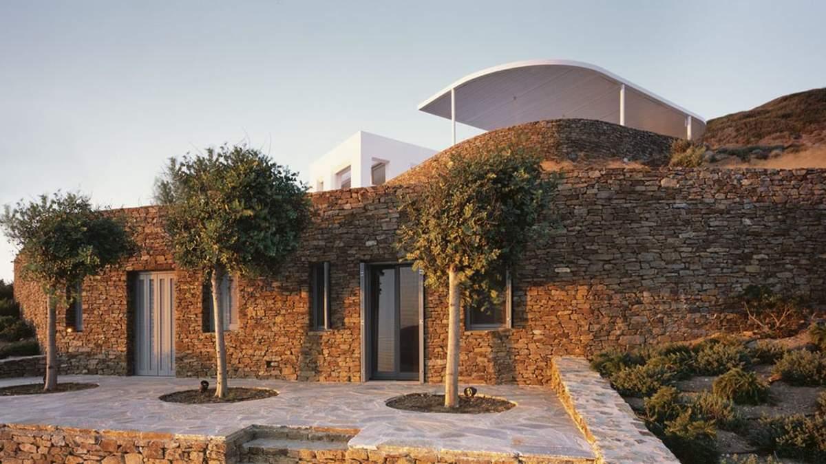 Біла перлина посеред пагорбів: неймовірна резиденція на грецькому архіпелазі – фото