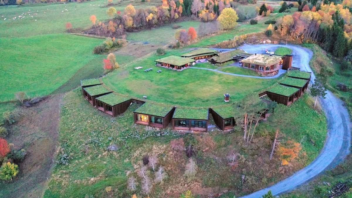 Новый год под землей: фото необычного отеля с травяной крышей